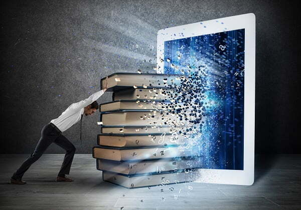 SEO-网站建设-米国生活Reading books with an E-book